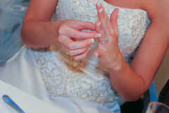 Novia que ajusta el anillo de bodas Foto de archivo libre de regalías