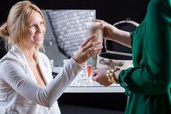 Novia que bebe una taza de café imagen de archivo libre de regalías