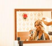 Novia que consigue lista para casarse en la preparación del pelo Fotografía de archivo