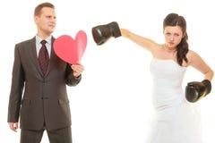 Novia que encajona a su novio en la boda foto de archivo