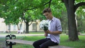 Novia que espera del novio ansioso para en el parque, cita a ciegas, señora que es atrasada almacen de video