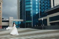Novia que gira delante del alto edificio Fotografía de archivo