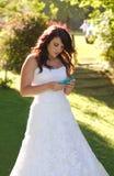 Novia que manda un SMS en el teléfono Fotos de archivo