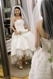 Novia que mira el espejo. Fotografía de archivo
