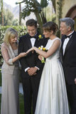 Novia que muestra casandose a Ring To Mother Fotos de archivo