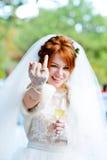 Novia que muestra el anillo de bodas Fotos de archivo