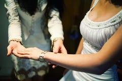 Novia que muestra las joyas Imagen de archivo libre de regalías