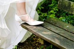 Novia que muestra los zapatos apagado wedding fotos de archivo