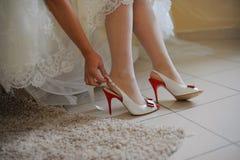 Novia que pone en los zapatos Imagenes de archivo