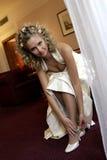 Novia que pone en los zapatos de la boda Foto de archivo libre de regalías