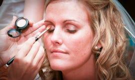 Novia que pone en maquillaje Imagenes de archivo