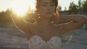 Novia que presenta en la puesta del sol almacen de video