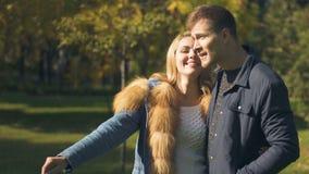 Novia que señala en la ardilla que corre en el parque, fecha romántica, relaciones blandas metrajes
