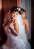 Novia que se coloca al lado del espejo Fotos de archivo