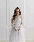 Novia que se coloca con los accesorios de la boda Fotografía de archivo