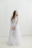 Novia que se coloca con los accesorios de la boda Imagen de archivo libre de regalías