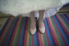 Novia que se coloca en la alfombra colorida antes de casarse imágenes de archivo libres de regalías