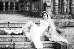 Novia que se sienta en las escaleras Fotografía de archivo