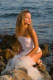 Novia que se sienta en una roca imágenes de archivo libres de regalías