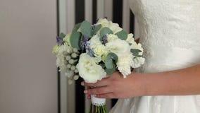 Novia que sostiene el ramo de la boda almacen de metraje de vídeo