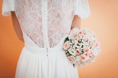 Novia que sostiene un ramo de la boda Foto de archivo
