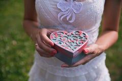 Novia que sostiene una caja para la joyería Primer imagen de archivo libre de regalías