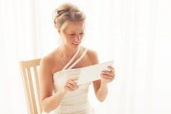 Novia que usa la tableta Imagen de archivo libre de regalías