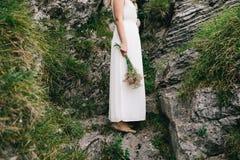 novia roja del pelo en las rocas Fotografía de archivo