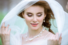Novia rubia del primer con el peinado y el maquillaje de la boda de la moda Imágenes de archivo libres de regalías