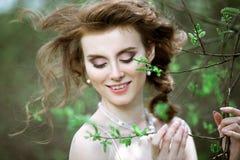 Novia rubia del primer con el peinado y el maquillaje de la boda de la moda Imagen de archivo libre de regalías