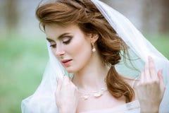 Novia rubia del primer con el peinado y el maquillaje de la boda de la moda Foto de archivo