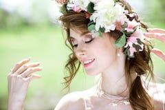 Novia rubia del primer con el peinado y el maquillaje de la boda de la moda Fotografía de archivo