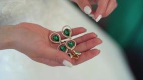 Novia rubia elegante llevar los pendientes y el anillo hermosos HD metrajes