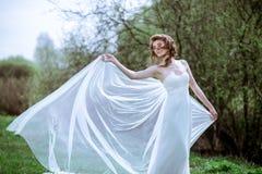 Novia rubia en el vestido de boda blanco de la moda con maquillaje Imagen de archivo libre de regalías