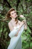 Novia rubia en el vestido de boda blanco de la moda con maquillaje Fotografía de archivo