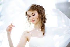 Novia rubia en el vestido de boda blanco de la moda con maquillaje Imagenes de archivo