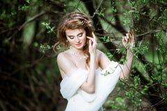 Novia rubia en el vestido de boda blanco de la moda con maquillaje Fotos de archivo