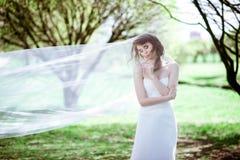 Novia rubia en el vestido de boda blanco de la moda con maquillaje Foto de archivo
