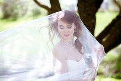 Novia rubia en el vestido de boda blanco de la moda con maquillaje Imágenes de archivo libres de regalías