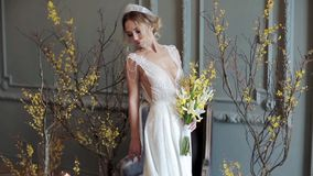 Novia rubia en el vestido de boda blanco de la moda con maquillaje metrajes