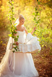 Novia rubia hermosa en el vestido blanco Imagenes de archivo