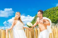 Novia rubia hermosa en el vestido de boda blanco con blanco largo grande Foto de archivo