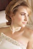 Novia rubia hermosa en perla Imagen de archivo libre de regalías