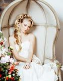 Novia rubia joven de la mujer de la belleza solamente en interior de lujo del vintage con muchas flores imagenes de archivo