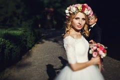 Novia rubia joven magnífica en el vestido blanco del vintage elegante en su Foto de archivo