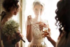 Novia rubia magnífica elegante feliz con las damas de honor en el CCB imagen de archivo libre de regalías