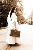 Novia sola en el camino Fotografía de archivo