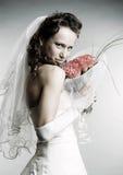 Novia sonriente con el ramo de flores Imagenes de archivo