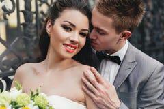 Novia sonriente de abarcamiento del novio Imagen de archivo