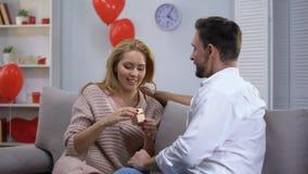 Novia sorprendida de donante masculina poca caja de regalo de la joyería en st día de San Valentín almacen de video
